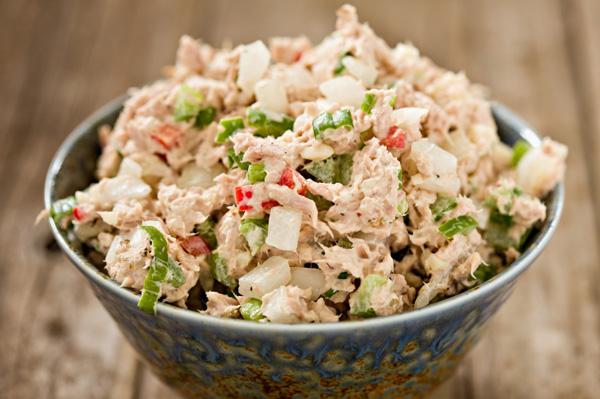 Салат из рыбных консервов с фото